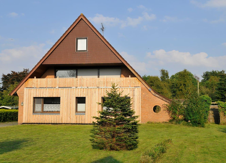 Unser Haus in Holtgast mit Blick auf die große Loggia im 1. Obergeschoss