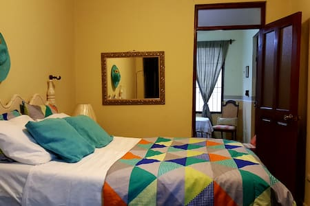 Beautiful Colonial Apartment! SUPER WIFI + Netflix
