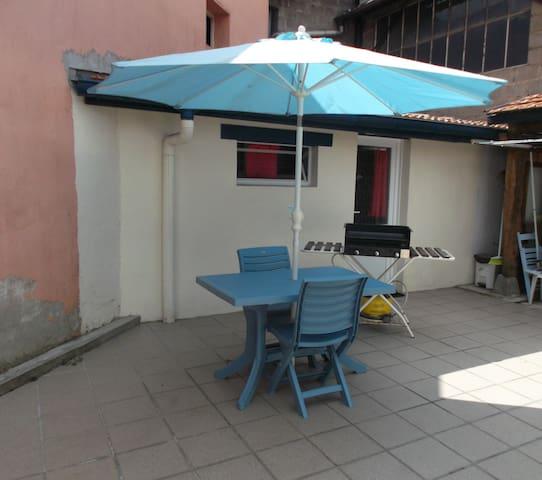 studio indépendant équipé avec grande terrasse