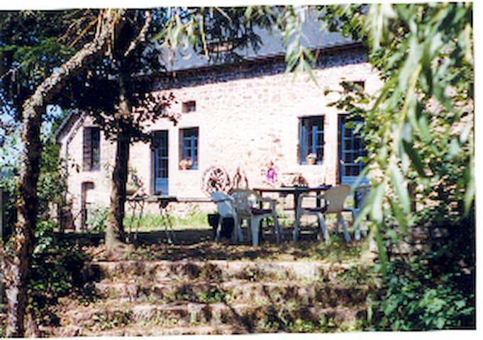 Ruime boerderij nabij het stuwmeer Lac de Settons.