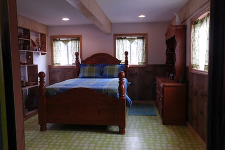 Queen Room on Farm New Renovation - Rumford - Bed & Breakfast