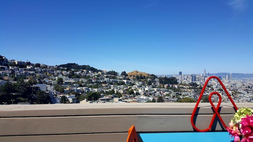 2BD/2BA Market St Retreat, Castro w/ SF City Views