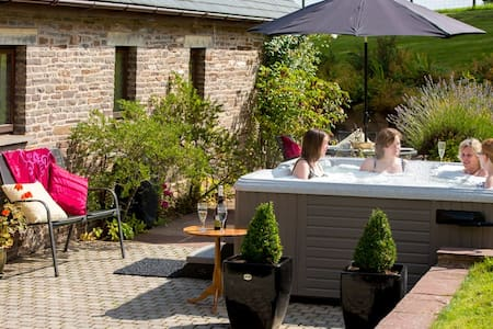 Stunning Cottage with Hot Tub - Holt Wain House
