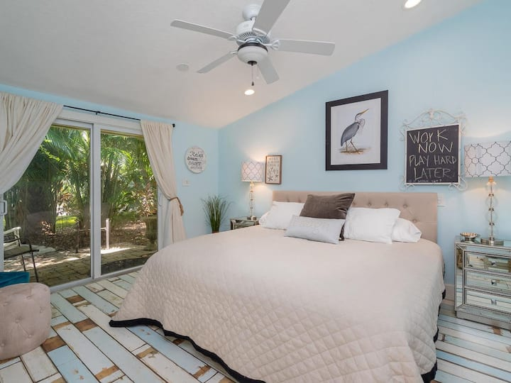Two-bedroom chic decor 1 bath~near beaches~DOLPHIN