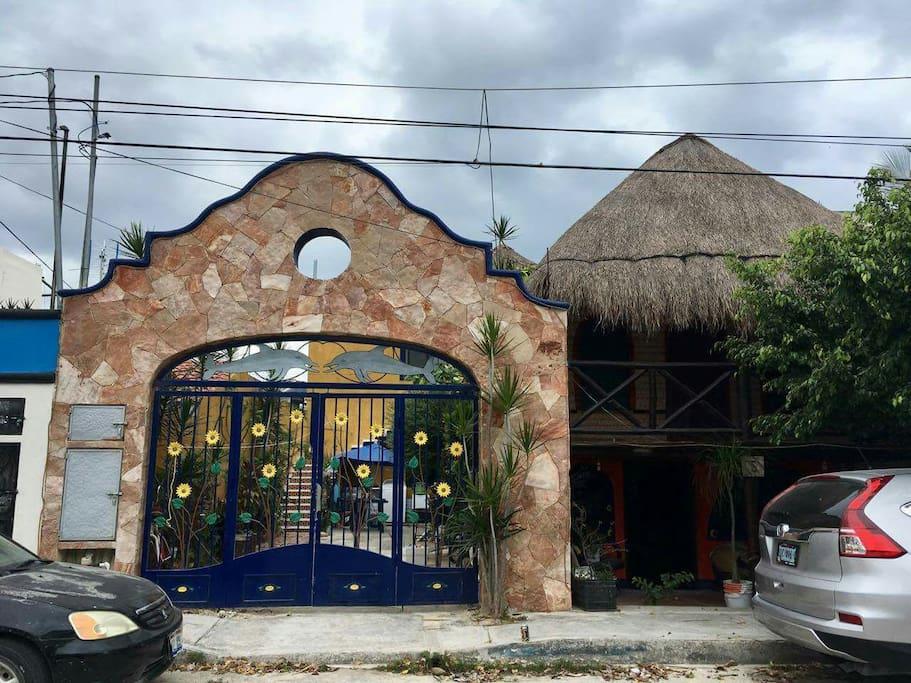 Vista desde afuera de la Entrada al conjunto de Estudios. Puerta de Girasoles y Delfines.