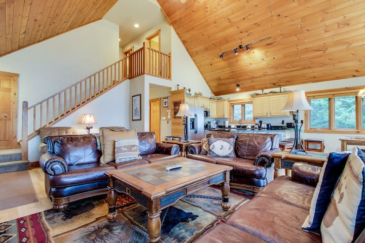 Lakefront lodge w/private dock, firepit, deck & sunset views