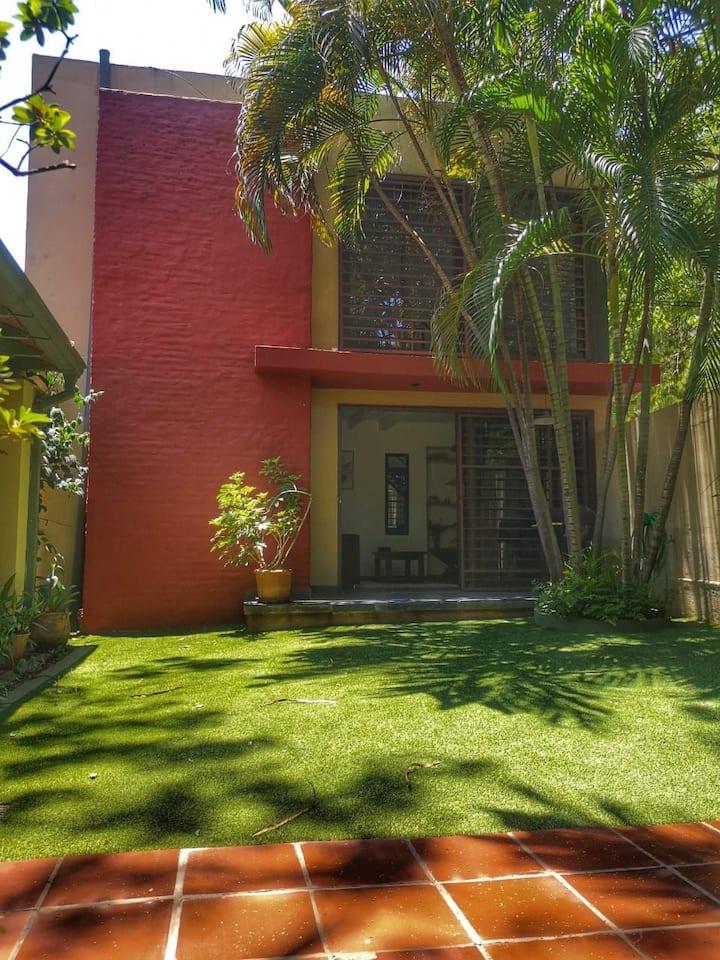 Casa rodeada de verde con excelente ubicación.