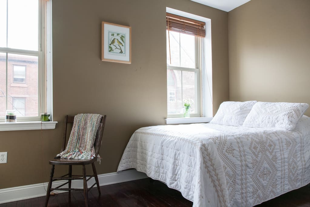Sunny Guest room: New and very comfortable bed.