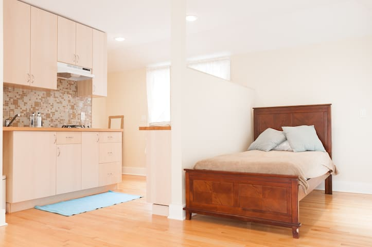 Sparkling studio w/PARKING mins to EWR, NYC - Newark - Apartament