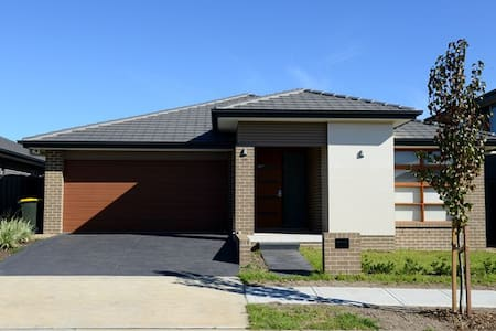 4Bedroom Modern House/Walk to Coles/WiFi/Washer