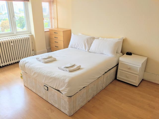 Large Clean Room in London - Close to Station