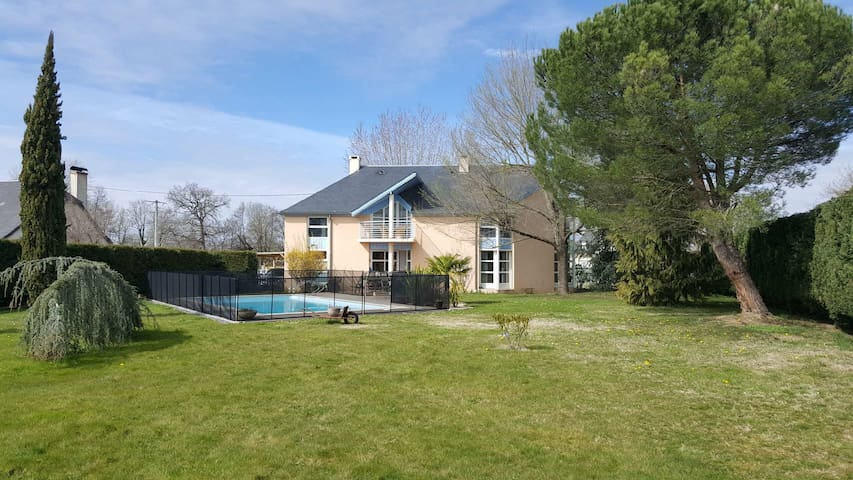Grande maison familiale avec jardin et piscine
