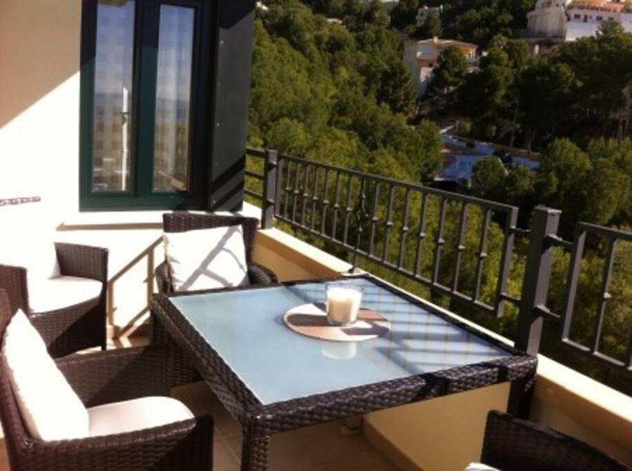 Mooi zonnig terras met barbecue en ligstoel.