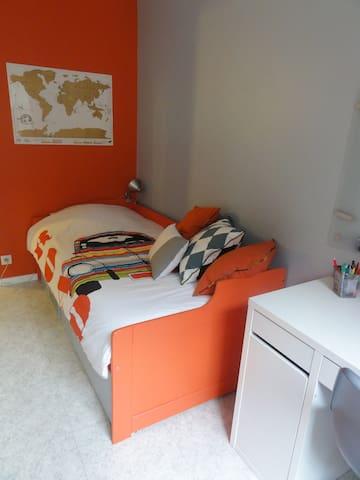 Near Eiffel Tower cosy orange & blue private room