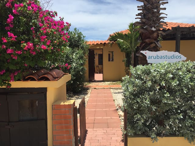 Aruba Studios A, 3 min. from beach, WiFi, airco