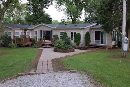 Secluded Country Home Free WIFI. - Vevay - Casa
