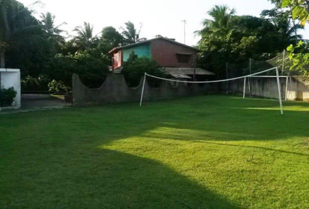 Campinho e entrada da casa