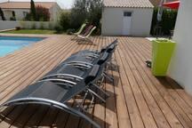 Terrasse  douche solaire installée à la place des transats jaunes