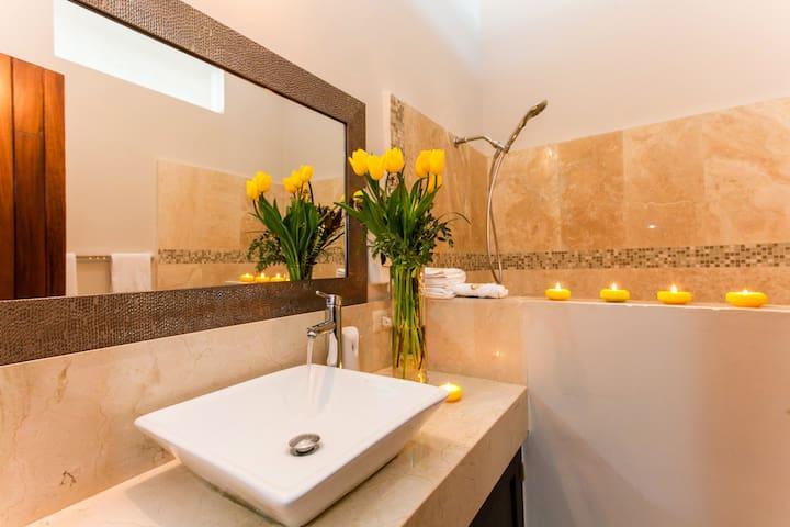 Suite #7 - 2nd bathroom