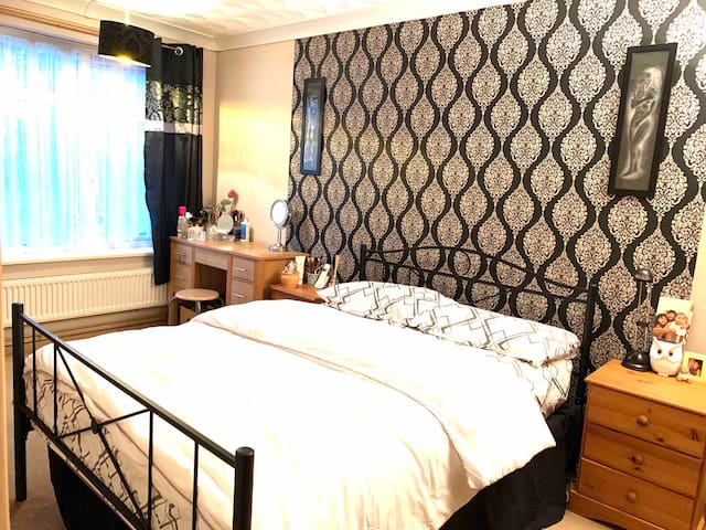 Double bed for single occupants near the city.