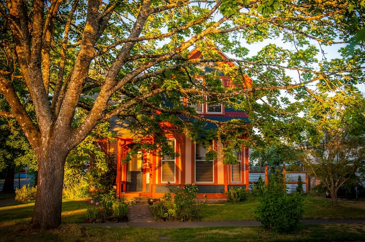 Walkable Vintage Retreat ❤ The Marigold Inn