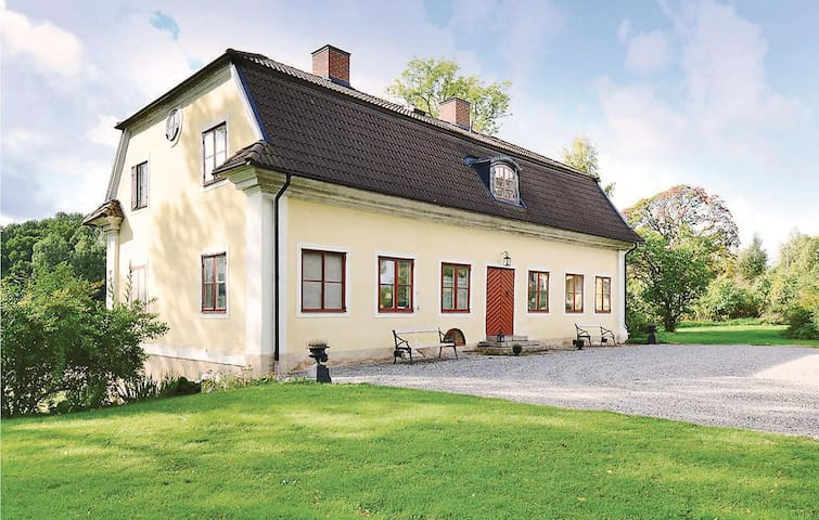 Holiday cottage with 5 bedrooms on 300 m² in Nyköping