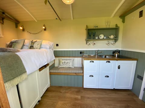 ESTUARY VIEW SHEPHERDS HUT WITH WOOD FIRED HOT TUB