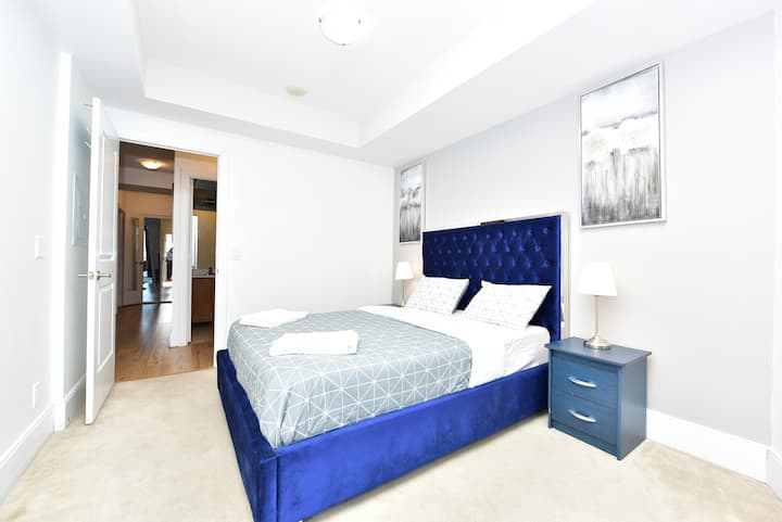 1 + DEN Luxury Condo in Mississauga Downtown