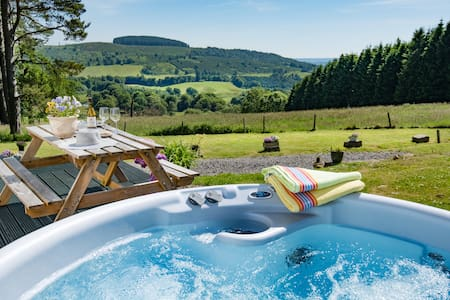 Secluded hillside cottage, ideal romantic hideaway
