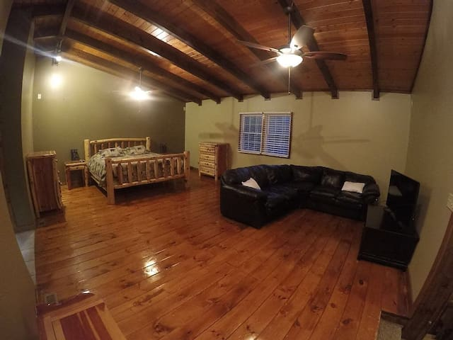 Walk to Downtown Gatlinburg, 5 bedroom 3 bth cabin