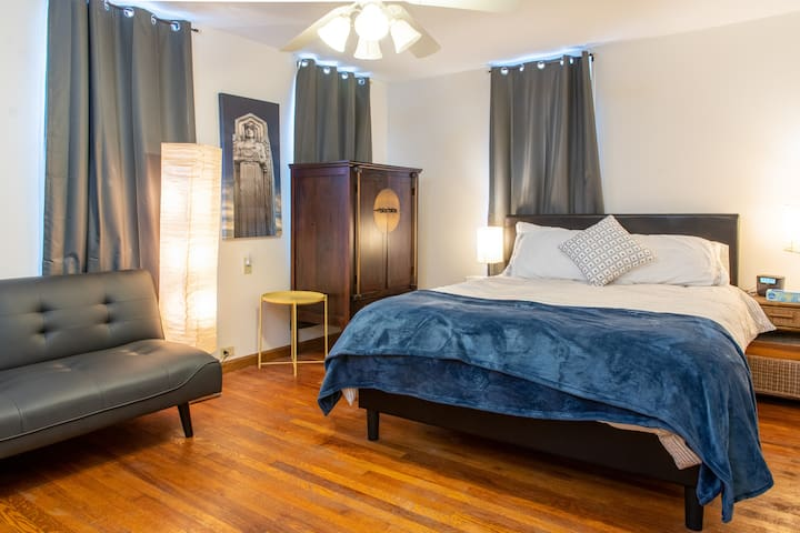 Intimate Suite Steps From The Heart Of The City!