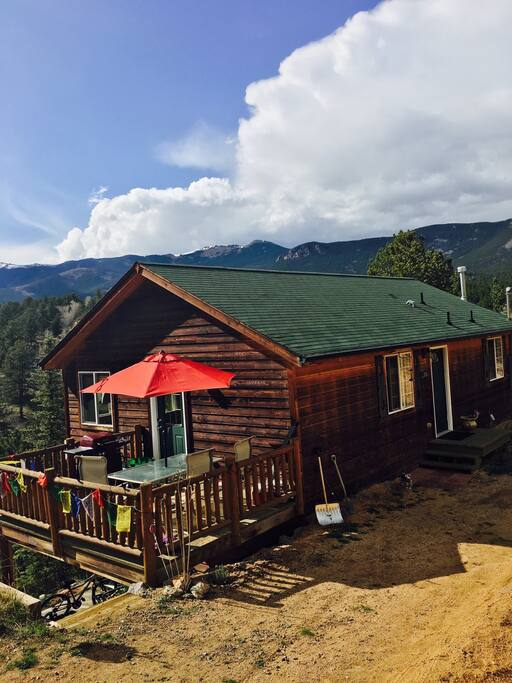 This amazing cabin faces west to Mount Evans and Mount Rosalie. There are national forests and phenomenal hiking trails within 3 miles. Did I mention there are three fishing lakes, too?
