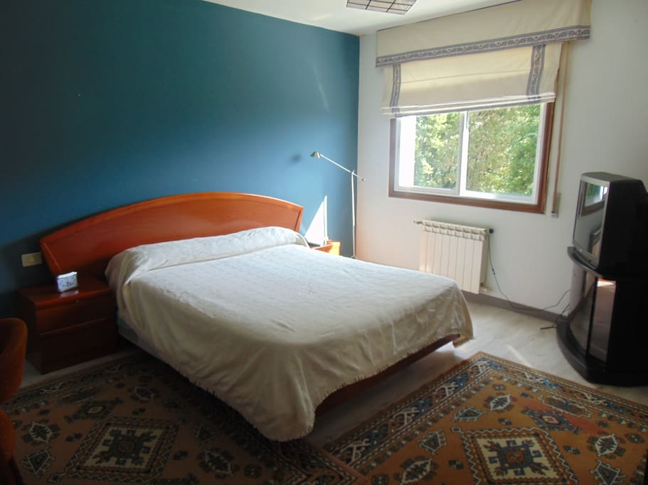 Dormitorio principal con cama de 1'50, tv y cuna si hace falta, armario empotrado