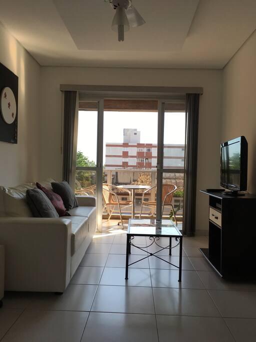 Sala com dois ambientes!  Com tv, ventilador de teto e Wi-Fi !