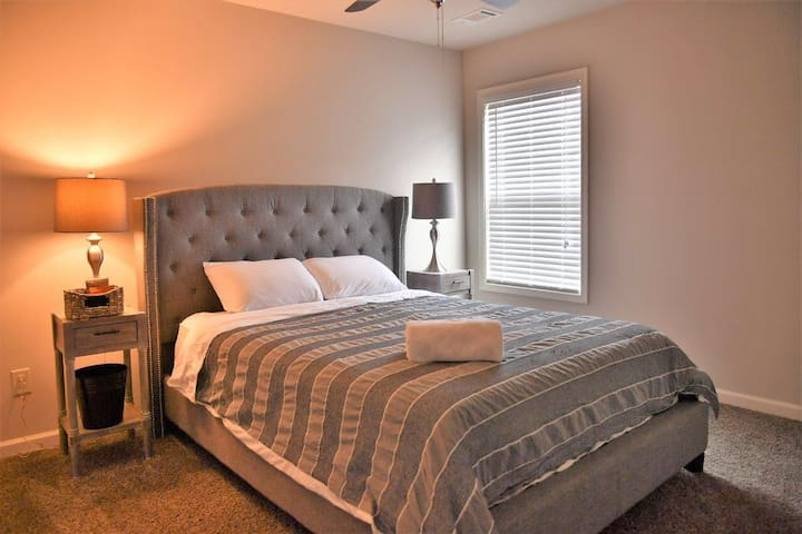 Cozy Queen Room   8 mins from Airport