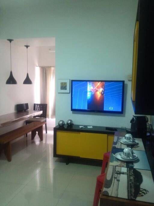 Global View - Breakfast table , TV Cable, Lunch and Work Table