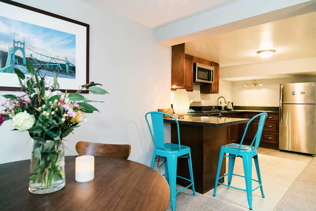 """Cozy """"breakfast bar"""" with stools, nice for any meals"""