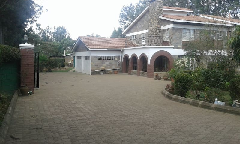NGONG HILLS ROOM, Kepro Farm, owner-couple host.