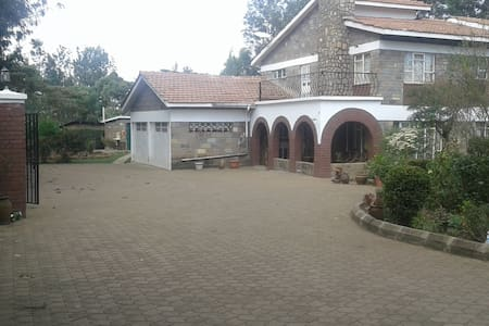 NGONG HILLS ROOM, Kepro Farm, owner-couple hosts. - Nairobi