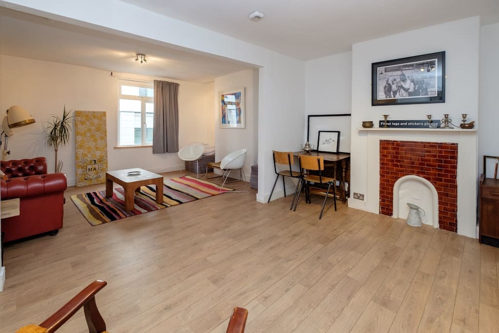 Big, spacious and sociable lounge, perfect for drinks before going out