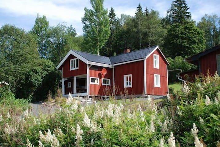 Svensk idyl med skoven i baghaven - Nordmarkshyttan - House