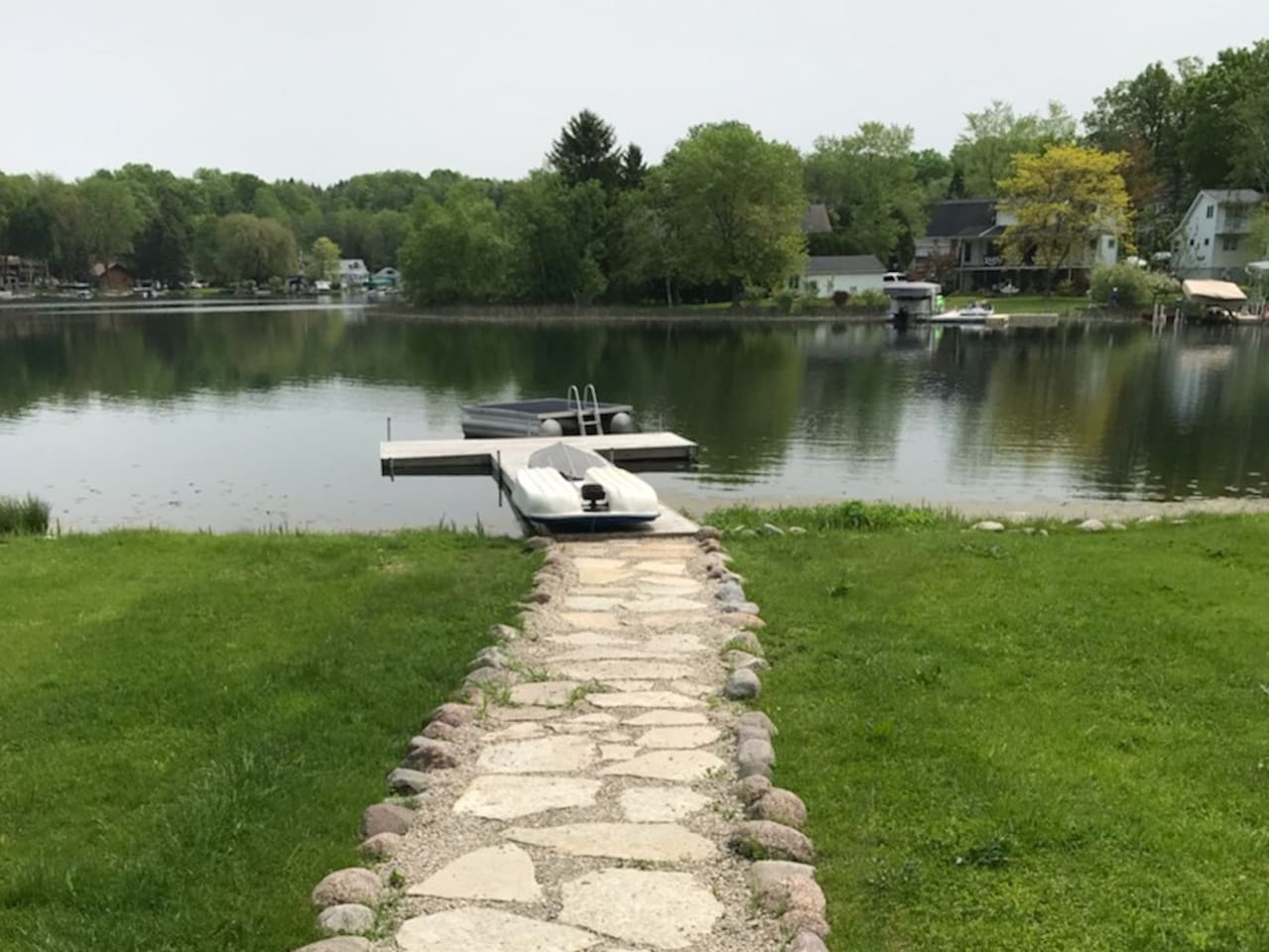 Relax and unwind on beautiful Silver Lake! Private dock and swim raft.