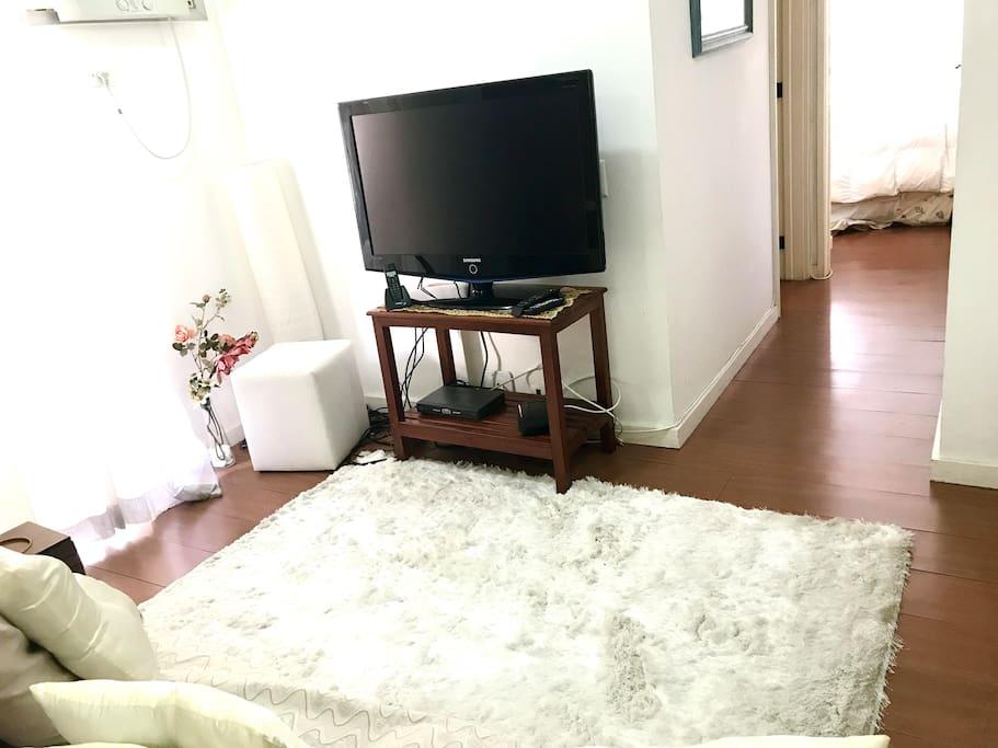 Sala com tv, e diversos canais disponiveis.