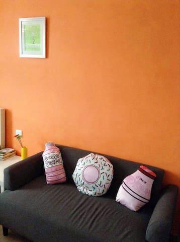 客厅配有全新布艺双人小沙发和茶几