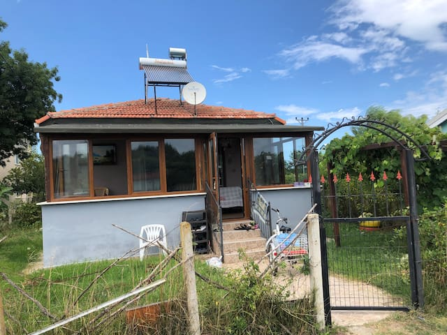 Akliman küçük ev, verandalı yeşillikler içinde