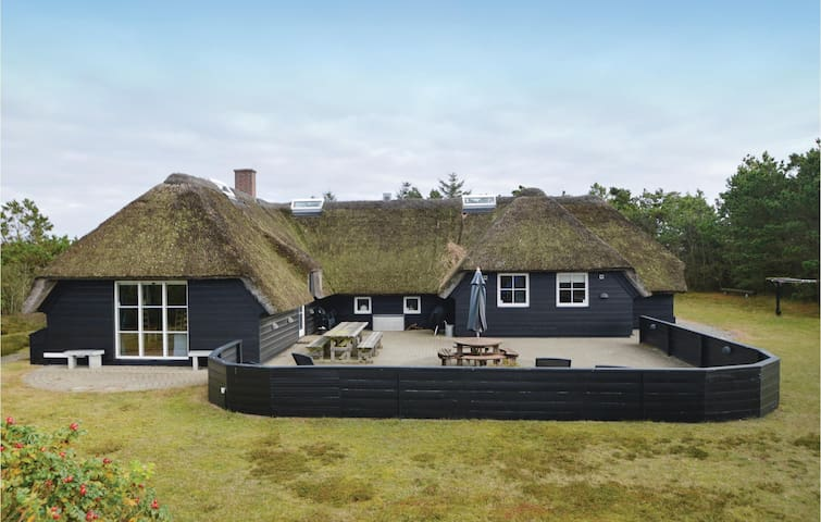 Holiday cottage with 5 bedrooms on 239 m² in Blåvand