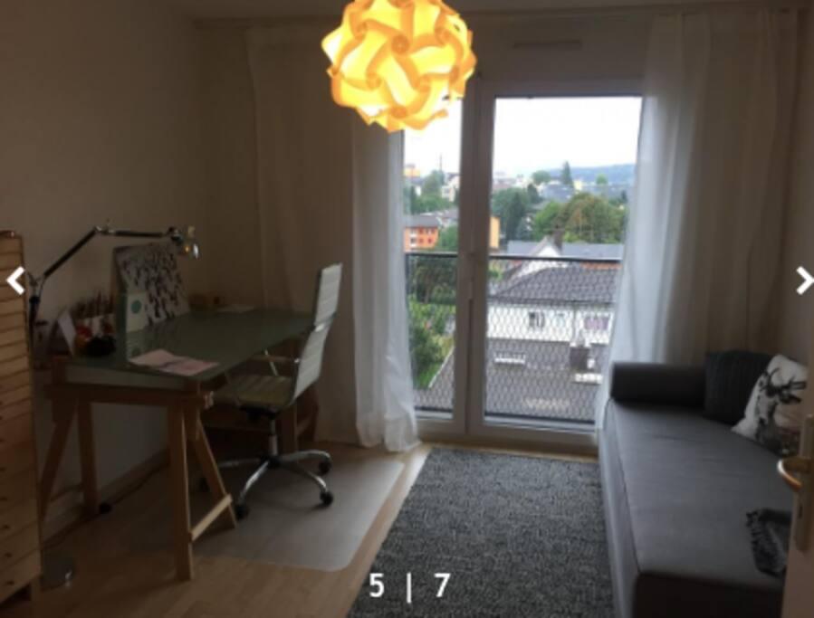 Schreibtisch, bequemes Liegesofa, welches auch umgebaut von 2 Leuten benützt werden kann (1.80 breit)