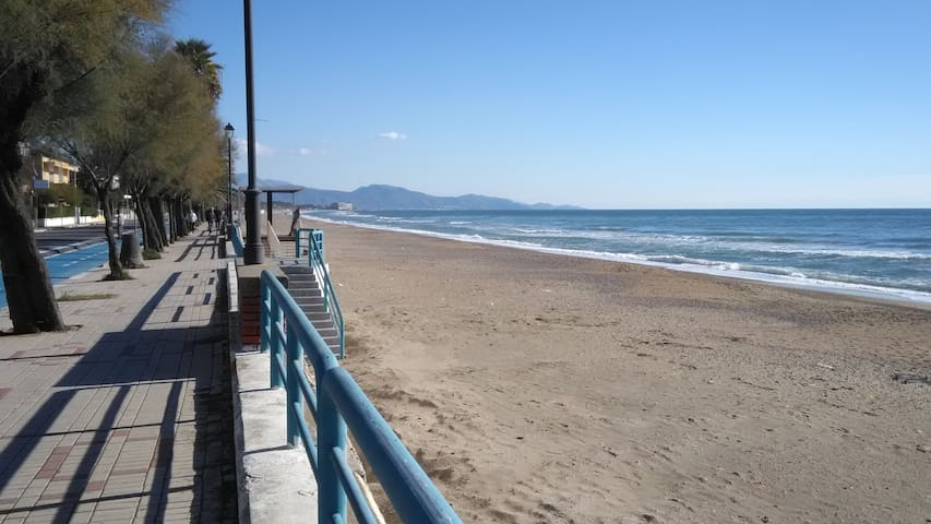 Family flat 2 steps from the beach - Terracina