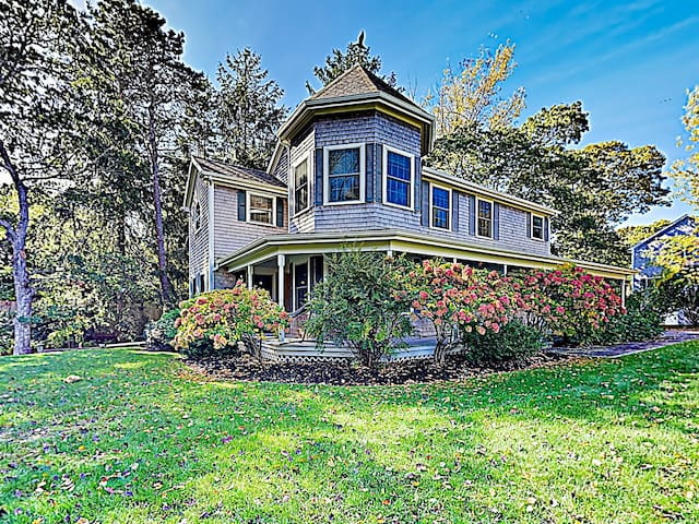New Listing! Spacious Victorian - Walk to Beach