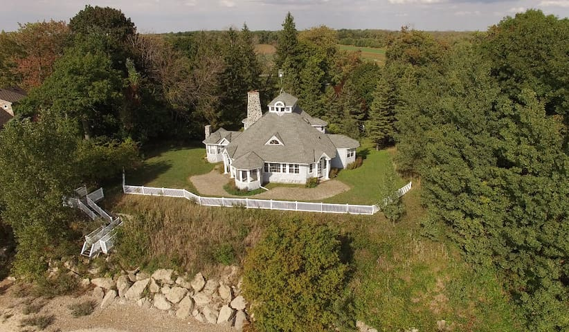 "Lakefront retreat, private sand beach ""Merrihill"" - Port Colborne"